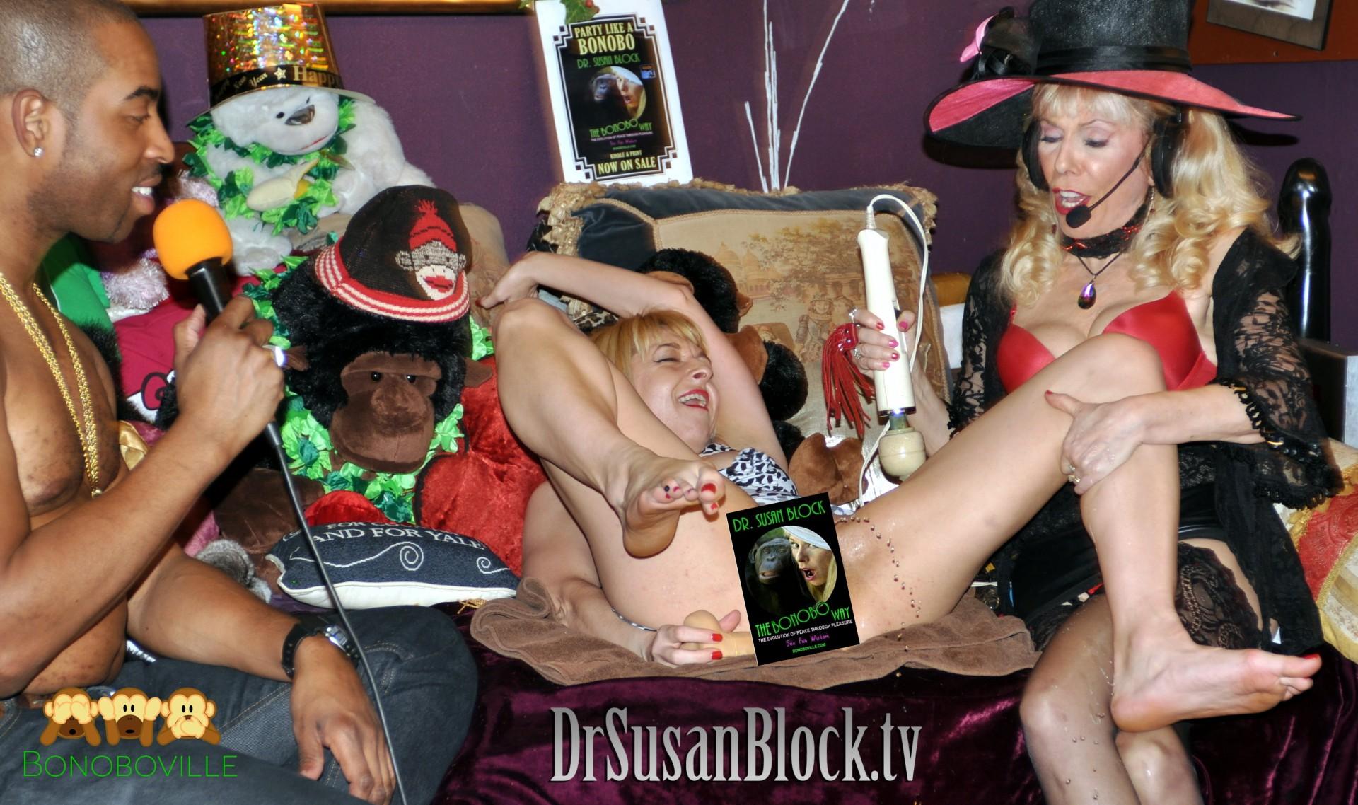 Pretty dildo a sucking Latina