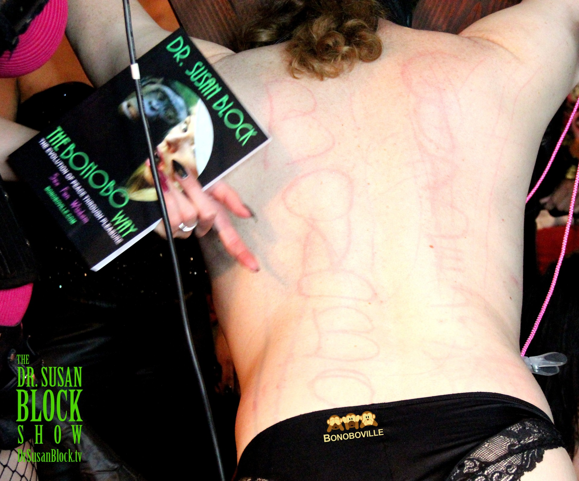 """Bonobo"" and ""Goddess"" scratched into Slaveboi Julia's back, Photo: Ono Bo"