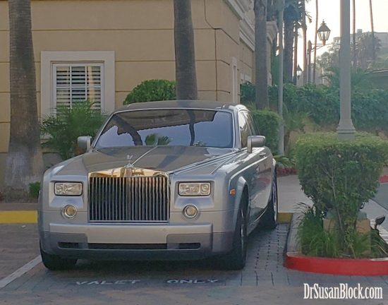 Rolls Royce (fresh from the Car Spa?) discreetly parked in front of the Balboa Bay Resort.